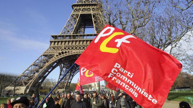Un drapeau du PCF lors d'une manifestation au pied de la Tour Eiffel en 2006 à Paris [Damien Meyer / AFP/Archives]