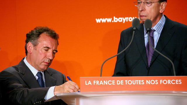 Le sénateur du Pas-de-Calais Jean-Marie Vanlerenberghe (d) et François Bayrou, le 10 avril 2007 à Noyelles-Godault dans le nord de la France [Philippe Huguen / AFP/Archives]