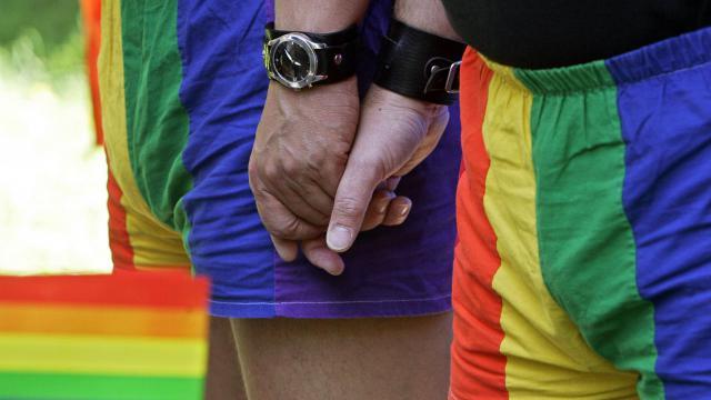 Deux hommes se tiennent la main [Janek Skarzynski / AFP/Archives]