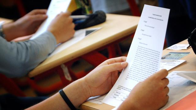 Des candidats prennent connaissance des sujets au bac de philosophie [Martin Bureau / AFP/Archives]