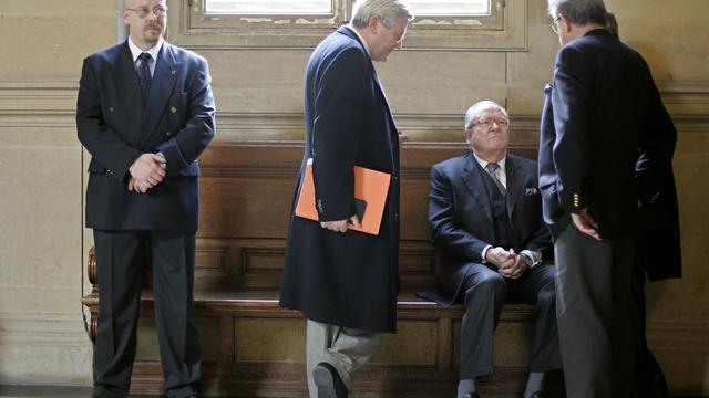 Jean-Marie Le Pen (assis) au Palais de Justice de Paris, le 13 janvier 2004 [Joel Robine / AFP/Archives]