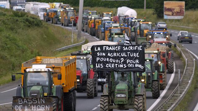 Des agriculteurs participent à une opération escargot le 27 juin 2007 à proximité de Saint-Brieuc pour protester contre la saisie de la Cour de Justice européenne (CEJ) par Bruxelles sur le dossier des nitrates [Fred Tanneau / AFP/Archives]