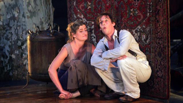 """L'actrice Julie Brochen (g) et Antoine Hamel (d) dans la pièce de théâtre """"L'Echange"""" de Paul Claudel, le 7 juillet 2007 à Avignon [Michel Gangne / AFP/Archives]"""