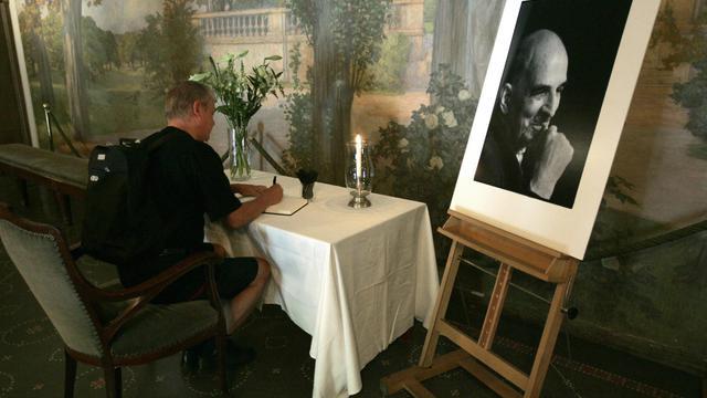 Un homme signe le livre des condoléances le jour du décès du réalisteur suédois Ingmar Bergman, le 30 juillet 2007 [Bertil Eriscon / SCANPIX/AFP/Archives]