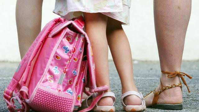 Une fillette de quatre ans a été oubliée dans un bus scolaire en Dordogne pendant plusieurs heures jeudi matin, le temps pour son école maternelle de retrouver le chauffeur qui n'avait pas pensé à vérifier son véhicule, a-t-on appris vendredi auprès de son père et de l'école. [AFP]