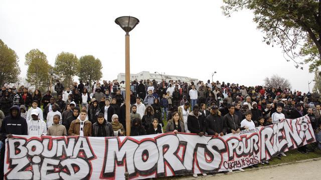 Près de 400 personnes sont rassemblées le 27 octobre 2007 à Clichy-sous-Bois, à la mémoire de Zyed Benna et de Bouna Traoré morts dans un transformateur le 27 octobre 2005, où ils s'étaient réfugiés poursuivis par la police. [Stephane de Sakutin / AFP/Archives]
