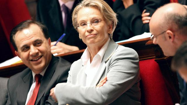Michèle Alliot-Marie (c) et Roger Karoutchi (g) sur les bancs de l'Assemblée nationale, le 8 janvier 2008 à Paris [Patrick Hertzog / AFP/Archives]