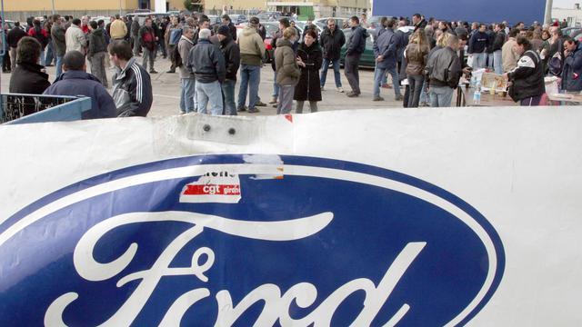 Le logo de Ford devant l'usine de Blanquefort, en Gironde, lors d'une manifestation des salariés pour sauver les emplois le 19 février 2008 [Pierre Andrieu / AFP/Archives]