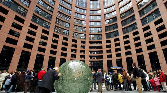 Des badauds sur le parvis du Parlement européen à Strasbourg le 08 mai 2005 [Olivier Morin / AFP/Archives]