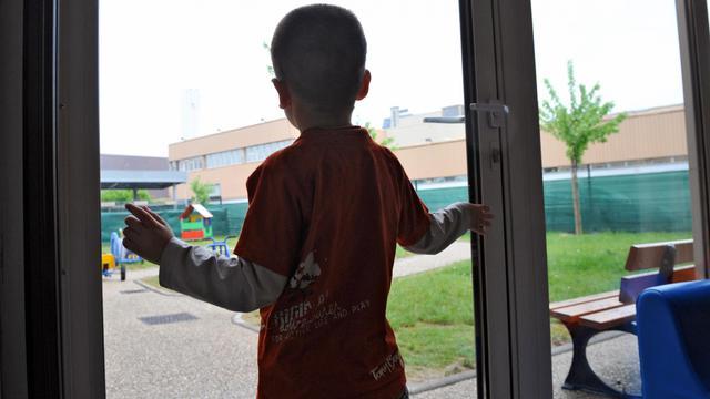 Un enfant regarde par la fenêtre [Philippe Huguen / AFP/Archives]