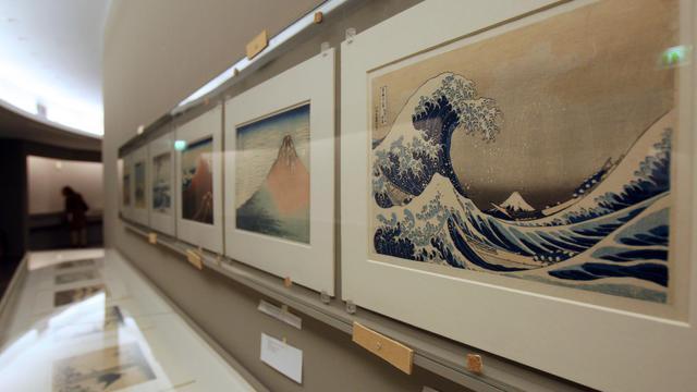 """La célèbre estampe de Hokusai """"Sous la grande vague"""" exposée au musée Guimet à Paris le 16 mai 2008 [Pierre Verdy / AFP/Archives]"""