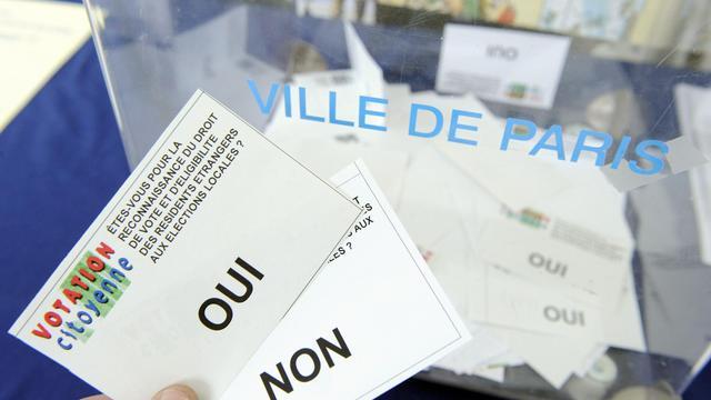 """Un référendum organisé par le collectif """"Votation citoyenne"""", le 23 mai 2008 à Paris, au sujet du droit de vote des résidents étrangers aux élections locales [Stephane de Sakutin / AFP/Archives]"""