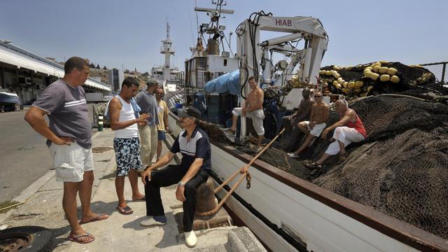 Des pêcheurs marseillais devant leur bâteau immobilisé en raison des quotas européens sur le thon en Méditerranée, en juillet 2008 [Anne-Christine Poujoulat / AFP/Archives]