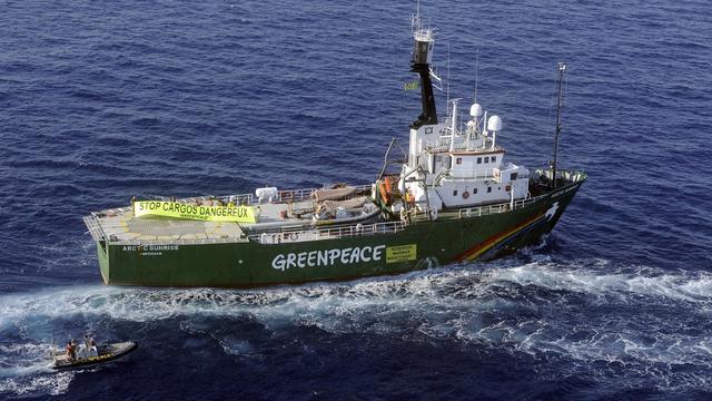 L'Arctic Sunrise, un des navires de l'organisation de défense de l'environnement Greenpeace, croise dans les bouches de Bonifacio le 30 juillet 2008 [Stephan Agostini / AFP/Archives]