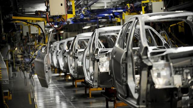 Des voitures en cours de construction à Sochaux, sur une chaîne de montage de l'usine PSA Peugeot Citroën [Jeff Pachoud / AFP/Archives]