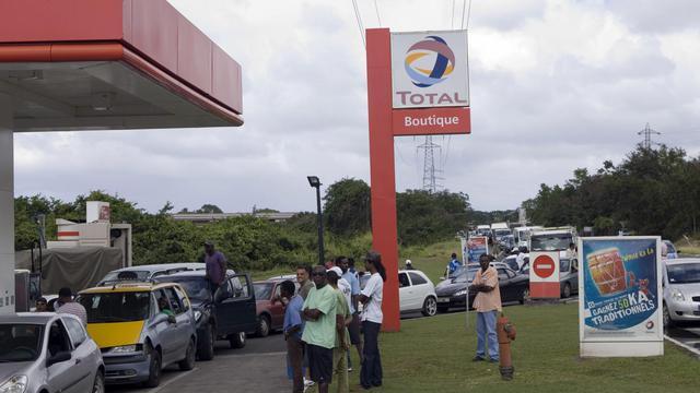Des clients font la queue devant une station service de Jarry, en Guadeloupe, le 12 février 2009 [Julien Tack / AFP/Archives]