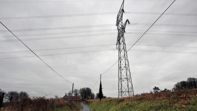 La société RTE, filiale d'EDF, a été condamnée jeudi en référé à Coutances (Manche) à cesser sur la parcelle d'un agriculteur, placé en garde à vue en juillet, les travaux de construction de la ligne à très haute tension (THT) liée au réacteur EPR en chantier à Flamanville (Manche). [AFP]