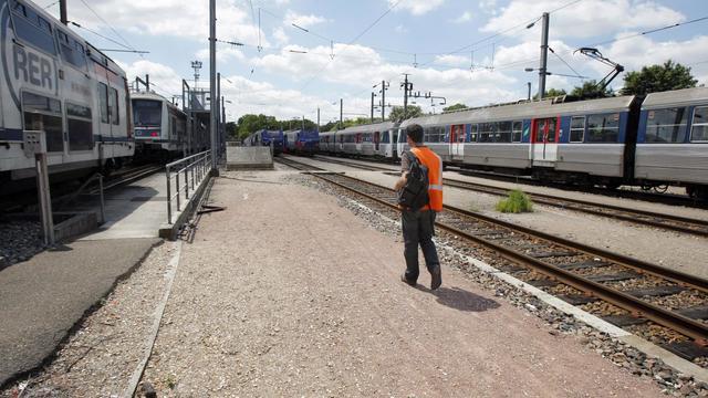 Un conducteur s'apprête à prendre son service, le 22 juin 2009, au dépôt de trains de la SNCF à Achères en région parisienne. [Patrick Kovarik / AFP/Archives]