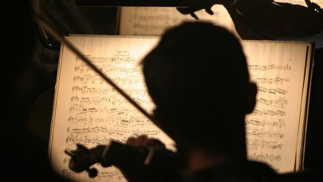 Un violoniste joue à Séville une partition de Richard Wagner, le 11 juillet 2005 [Cristina Quicler / AFP/Archives]