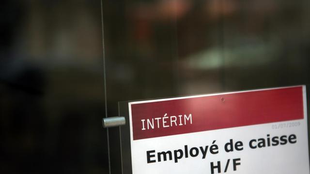 Les effectifs dans l'intérim ont chuté de 3,5% en juillet par rapport à juin et accusent un repli de 10,4% sur un an, selon des données publiées mardi par Pôle emploi. [AFP]