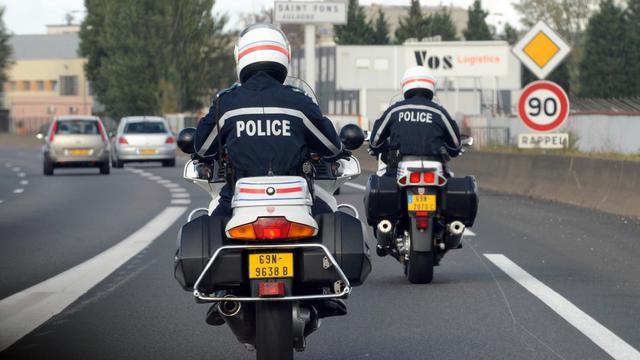 Deux motards de la CRS autoroutière Rhône-Alpes/Auvergne effectuent une opération de contrôle en octobre 2009 [Philippe Merle / AFP/Archives]