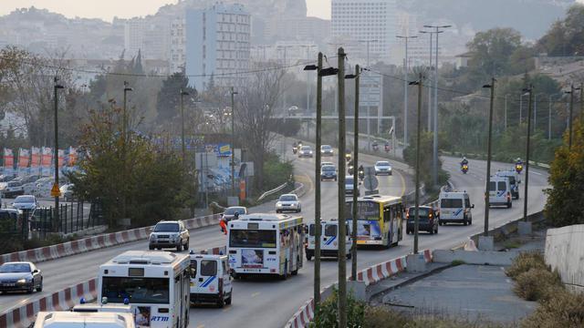 Des bus transportant des supporteurs du PSG, escortés par des véhicules de police, le 20 novembre 2009 à Marseille. [Patrick Valasseris / AFP/Archives]