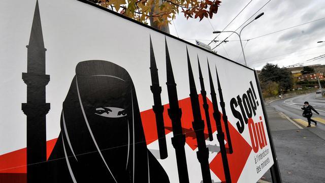 Affiche de l'extrême-droite suisse pour l'interdiction des minarets lors d'un referendum en novembre 2009 [Fabrice Coffrini / AFP/Archives]