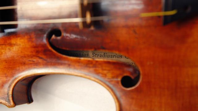 Un violon Stradivarius au laboratoire du musée de la musique à Paris, en décembre 2009 [Patrick Kovarik / AFP/Archives]
