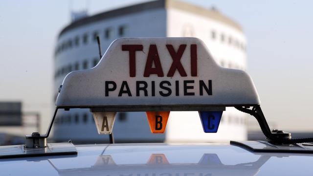 """""""Bonjour, votre chauffeur est arrivé"""". Le client est ainsi averti par sms de l'arrivée d'un taxi collectif qui doit le déposer dans une gare ou un aéroport parisien, une formule de transport attractive en période de crise et à l'heure de la flambée des prix du carburant. [AFP]"""