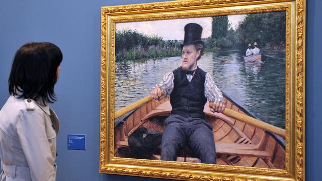 Une visiteuse du musée de Giverny, en Normandie, regarde un tableau de l'impressionniste français Gustave Caillebotte, en 2010 [Robert Francois / AFP/Archives]