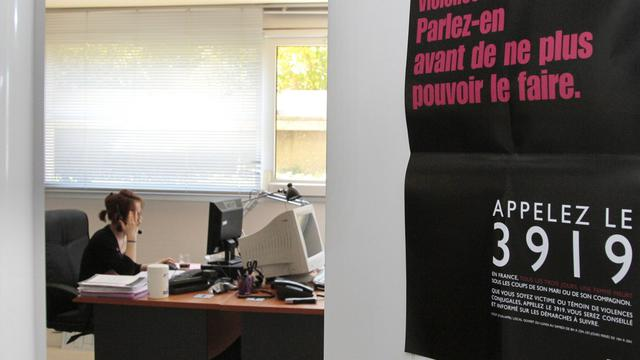 Une écoutante de la plate-forme téléphonique du 3919, n° d'appel  destiné aux femmes victimes de violences conjugales [Jacques Demarthon / AFP/Archives]