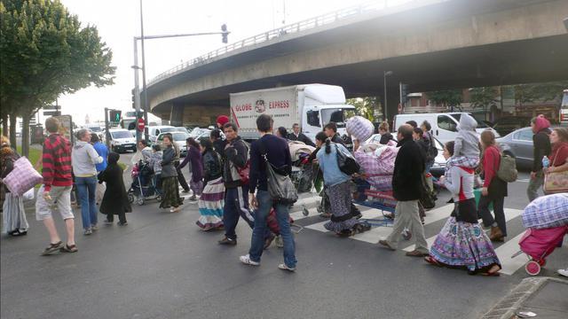 Des Roms en route pour la mairie de Saint-Denisle 6 juillet 2010   après avoir été évacués de leur campement du Hanul [Paul Szajner / AFP/Archives]