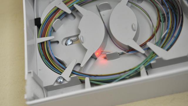 Des cables de fibre optique [Bertrand Langlois / AFP/Archives]