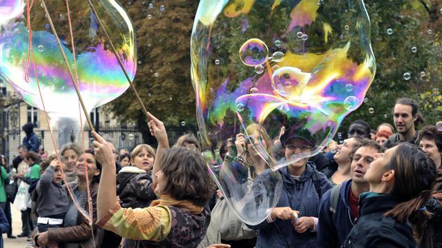 Des membres de l'association Ebullition participent à une partie géante de bulles de savon, le 25 septembre 2010 à Paris, en avant-première des Virades de l'espoir [Etienne Laurent / AFP/Archives]