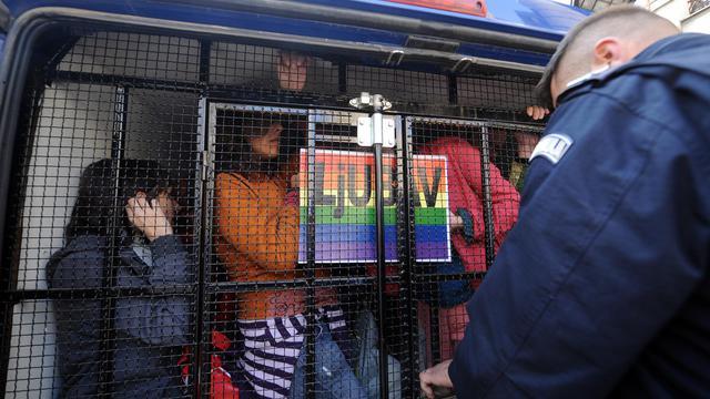 Des participants à la Gay Pride de Belgrade escortés par la police en 2010 [Alexa Stankovic / AFP/Archives]