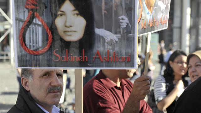 Manifestation de soutien à Sakineh Mohammadi Ashtiani condamnée à mort en 2006 pour complicité dans le meurtre de son mari et à la lapidation pour adultère, le 10 octobre 2010 à Paris [Etienne Laurent / AFP/Archives]