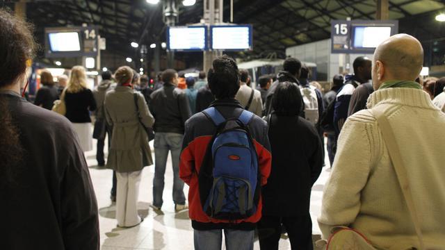 Des voyageurs attendent, le 12 octobre 2010, dans le hall de la gare Saint-Lazare à Paris [Patrick Kovarik / AFP/Archives]