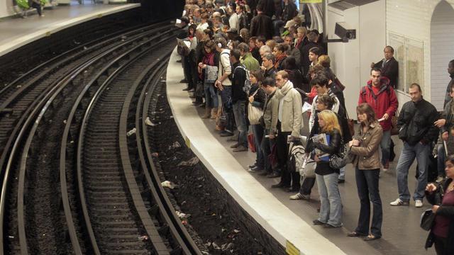 Des personnes attendent sur le quai du métro à Paris [Jacques Demarthon / AFP/Archives]