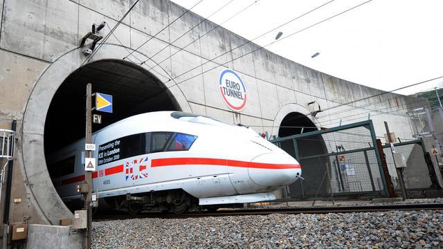 Un train à l'entrée du tunnel  le 13 octobre 2010 [Denis Charlet / AFP]