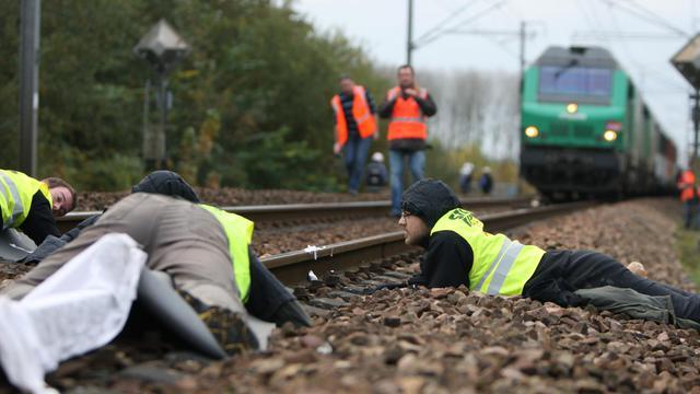 Des militants antinucléaires bloquent un train de déchets radioactifs allemands, le 5 novembre 2010 à Caen [Kenzo Tribouillard / AFP/Archives]