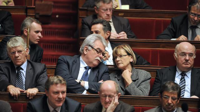André Chassaigne, Front de gauche (c) discute avec Marie-George Buffet sur les bancs de l'Assemblée [Boris Horvat / AFP/Archives]