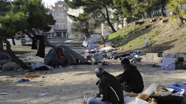 Des roms le 2 décembre 2010 dans le centre de Marseille [Anne-Christine Poujoulat / AFP]