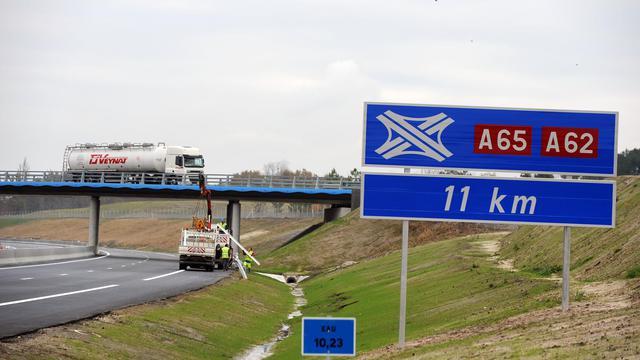 Photo prise le 10 décembre 2010 à Escaudes, d'un panneau de croisement d'autoroutes A65 et A62, quelques jours avant la mise en service de la future autoroute A 65, reliant Pau (Pyrénées-Atlantiques), capitale du Béarn et Langon (Gironde) [Jean-Pierre Muller / AFP/Archives]