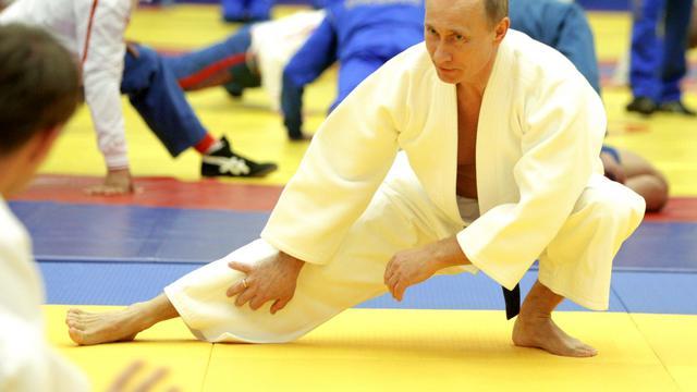 Le président russe Vladimir Poutine, qui entretient une image d'homme fort et sportif, boitait samedi lors d'un sommet des pays d'Asie-Pacifique qui se tient en Russie, victime d'une légère blessure sportive, selon son porte-parole. [POOL]