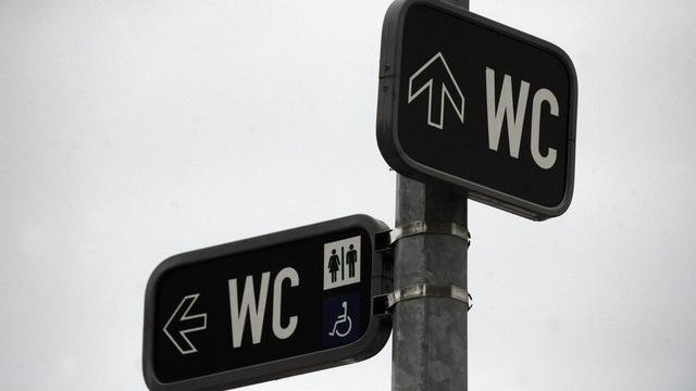 Un panneau indiquant les toilettes [Michal Cizek / AFP/Archives]