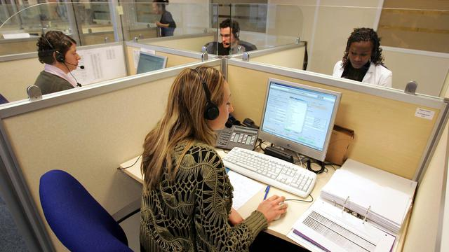 """Des personnes travaillent sur la plate-forme d'appels du numéro d'urgence """"115"""" [Jack Guez / AFP/Archives]"""