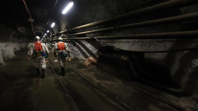 Des heurts meurtriers dans une mine de platine sud-africaine, qui ont fait neuf morts depuis dimanche, ont mis en lumière les tensions entre les syndicats, qui s'opposent sur les revendications et les méthodes de lutte.[AFP]