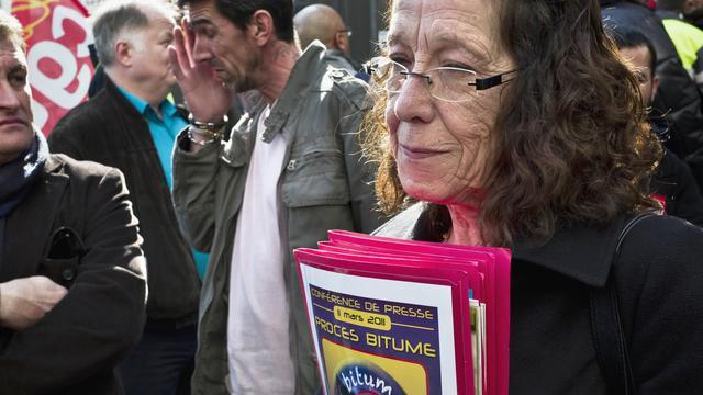 L'épouse (d) et le fils (g) de Francisco Serrano Andrade, décédé d'un cancer de la peau, le 11 mars 2011 devant le tribunal de Lyon [Jean-Philippe Ksiazek / AFP/Archives]