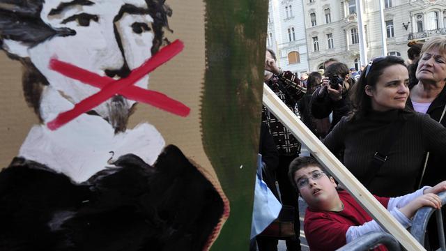 Pancarte du poète hongrois Sandor Petofi bâillonné, lors d'une manifestation, le 15 mars 2011 à Budapest, contre la nouvelle loi sur les médias [Attila Kisbenedek / AFP/Archives]