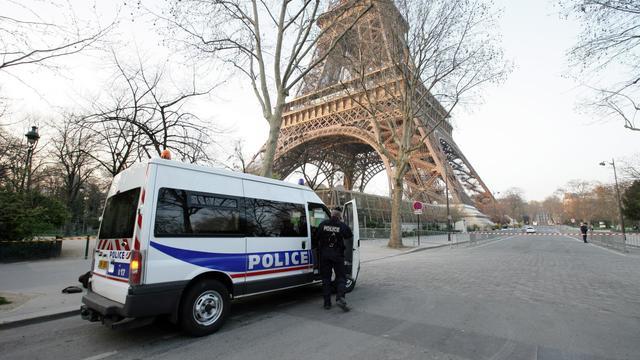 Un camion de police au pied de la Tour Eiffel [Alexander Klein / AFP/Archives]